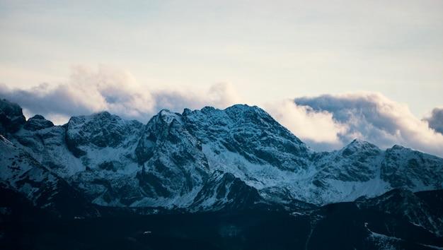 Altas montanhas sob a neve no inverno. panorama