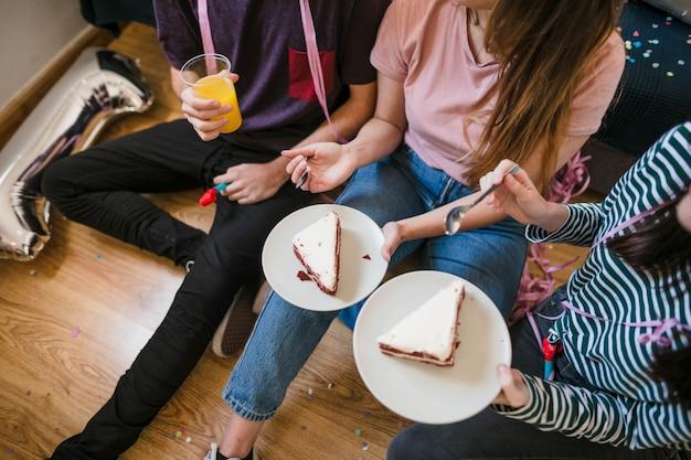 Alto ângulo, adolescentes, comer, cheesecake