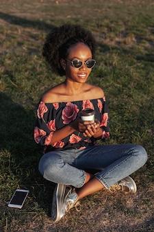 Alto ângulo adorável mulher africana, olhando para longe