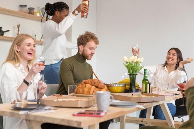 Alto ângulo amigos íntimos comendo juntos
