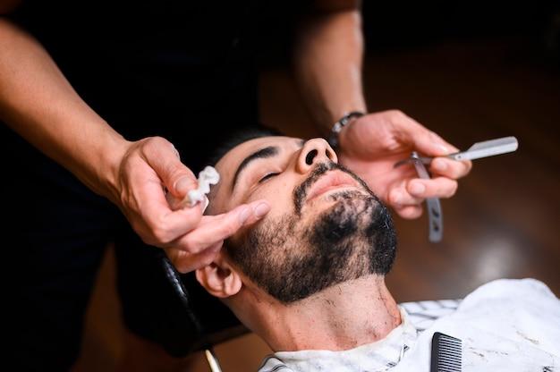 Alto ângulo, barbeiro, fazendo, seu, trabalho