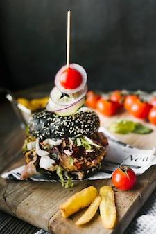 Alto, ângulo, close-up, de, pretas, hambúrguer, e, frita, ligado, tábua madeira