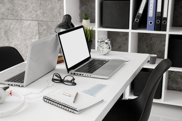 Alto ângulo da área de trabalho do escritório com laptops
