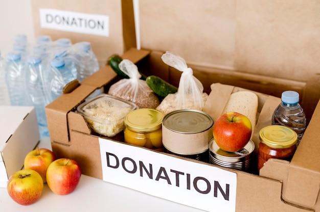 Alto ângulo da caixa de doações para caridade