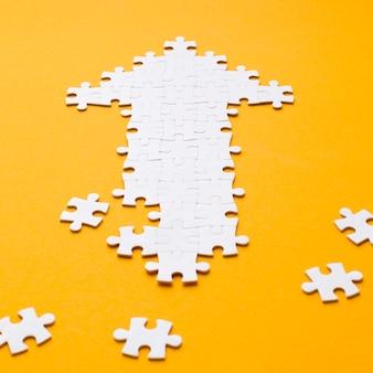 Alto ângulo da seta de peças de quebra-cabeça