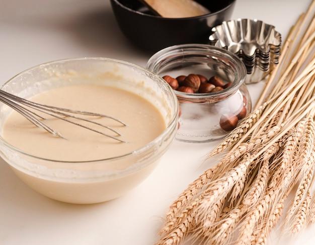 Alto ângulo da tigela com mistura e trigo