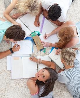 Alto ângulo de adolescentes estudando juntos
