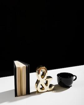 Alto ângulo de agenda e café