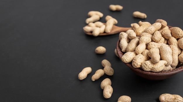 Alto ângulo de amendoim em tigela com espaço de cópia