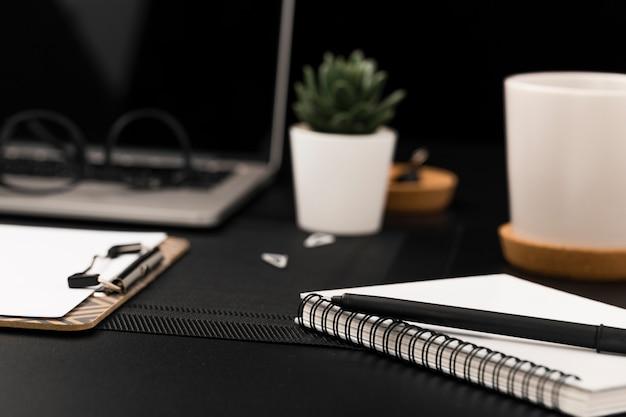 Alto ângulo de área de trabalho com laptop desfocado e planta suculenta
