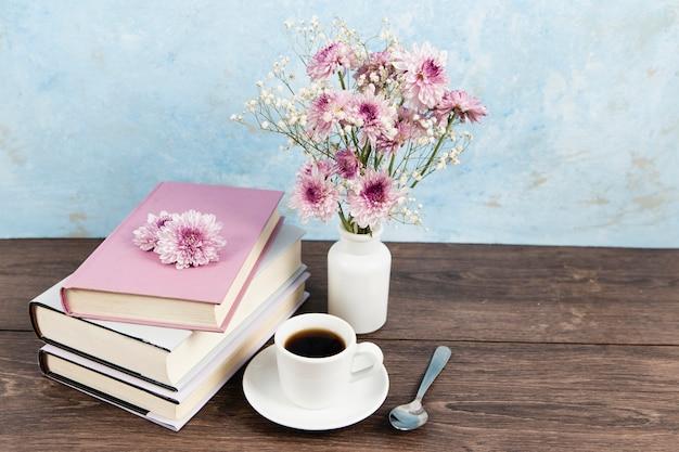 Alto ângulo de arranjo de livros na mesa de madeira