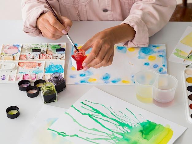 Alto ângulo de artista usando aquarela
