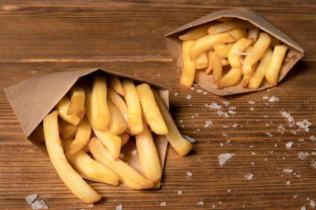 Alto ângulo de batatas fritas com sal