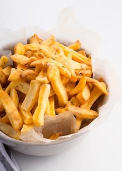 Alto ângulo de batatas fritas em uma tigela com espaço de cópia