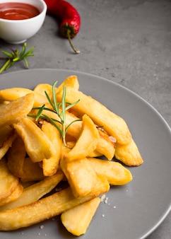 Alto ângulo de batatas fritas no prato