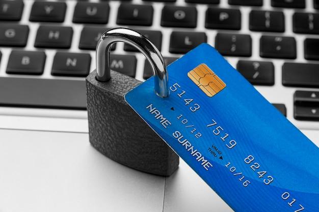 Alto ângulo de bloqueio com cartão de crédito em cima do laptop