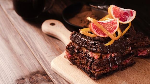 Alto ângulo de bolo de chocolate com frutas
