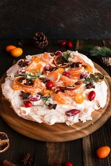Alto ângulo de bolo de merengue com citros