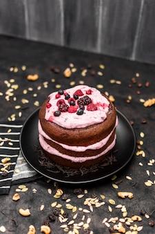 Alto ângulo de bolo no prato com nozes