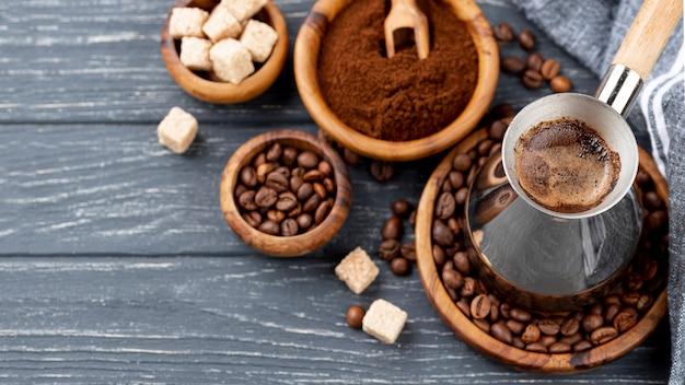 Alto ângulo de café na mesa de madeira