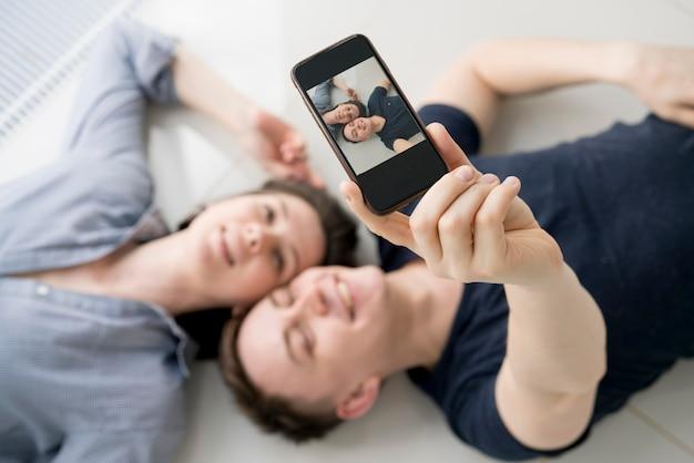 Alto ângulo de casal adorável em casa