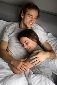 Alto ângulo de casal sorridente carinhos