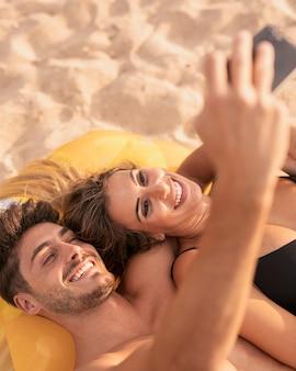 Alto ângulo de casal tirando foto