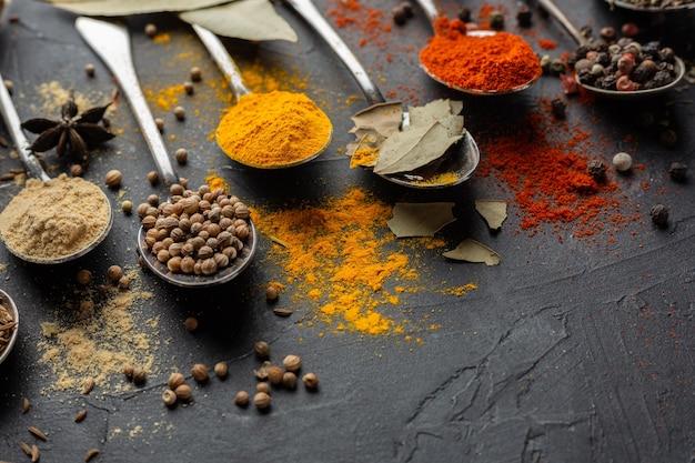 Alto ângulo de condimentos indianos