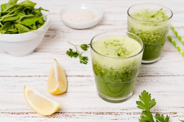 Alto ângulo de copos de smoothies saudáveis
