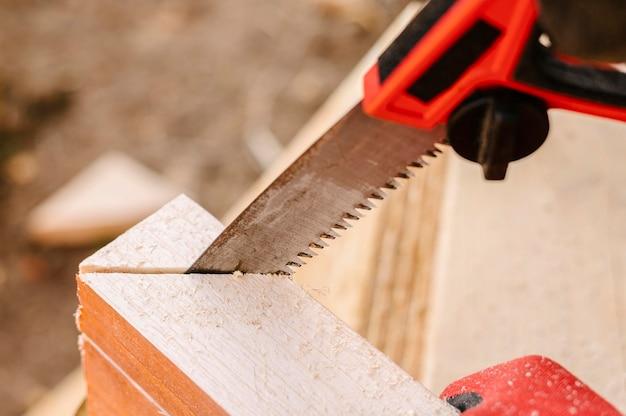 Alto ângulo de corte da serra em madeira
