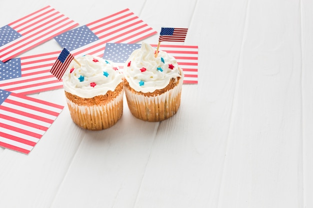 Alto ângulo de cupcakes com bandeiras americanas e espaço de cópia