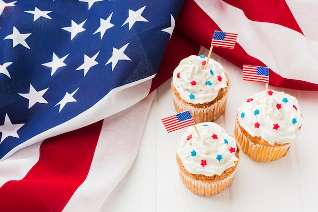 Alto ângulo de cupcakes com bandeiras americanas