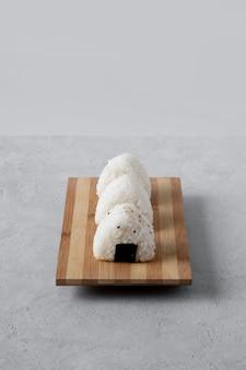 Alto ângulo de deliciosa bola de arroz no picador