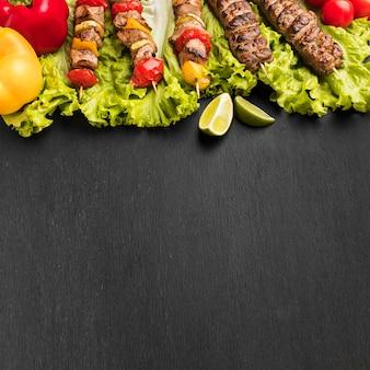 Alto ângulo de delicioso kebab com espaço de cópia
