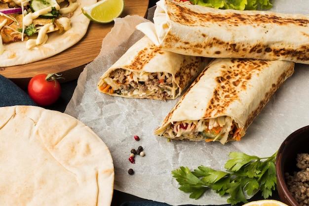 Alto ângulo de delicioso kebab com vários ingredientes
