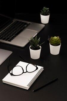 Alto ângulo de espaço de trabalho com suculentas e notebook