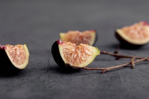 Alto ângulo de fatias de figos