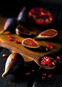 Alto ângulo de figos de outono na tábua de cortar