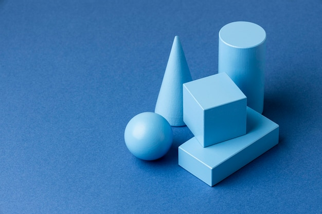 Alto ângulo de figuras geométricas minimalistas com espaço de cópia