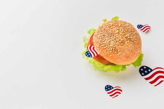 Alto ângulo de hambúrguer com bandeiras americanas e espaço de cópia
