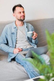 Alto ângulo de homem trabalhando em seu laptop