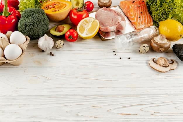 Alto ângulo de ingredientes vegetais e carne com espaço de cópia