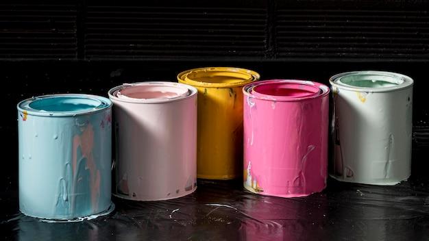 Alto ângulo de latas de tinta colorida