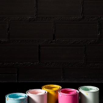 Alto ângulo de latas de tinta com espaço de cópia