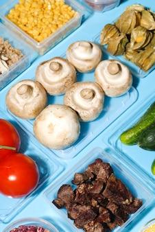 Alto ângulo de legumes na mesa azul