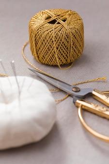 Alto ângulo de linha com tesoura e agulhas de costura
