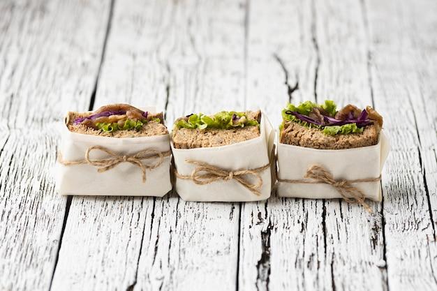 Alto ângulo de linhas e sanduíches embrulhados