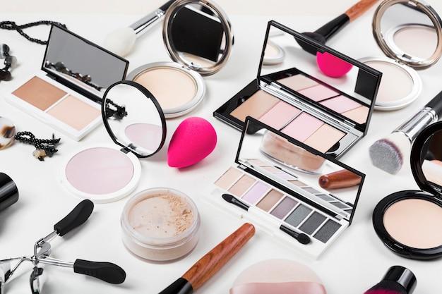 Alto ângulo de maquiagem no conceito de mesa