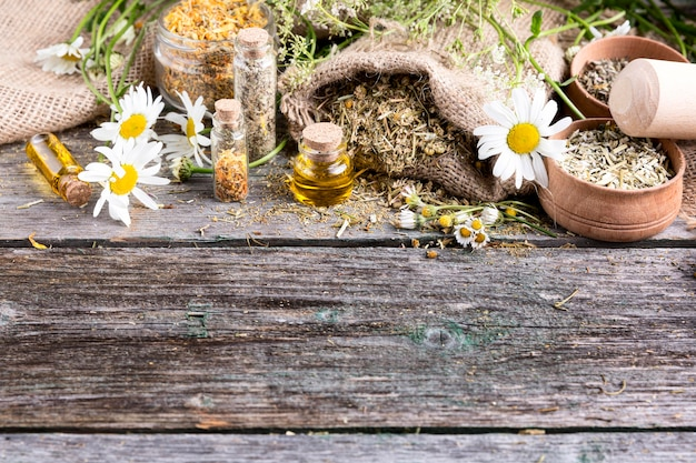 Alto ângulo de medicina natural na mesa de madeira