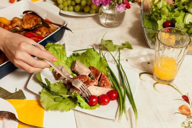 Alto ângulo de mesa de jantar em família com pratos